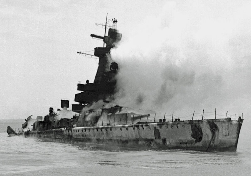 kms admiral graf spee scuttled on the river plate, 18th december 1939